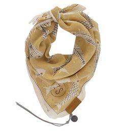 Zuss bandana: een hip sjaaltje, een echte musthave dit dit seizoen. De bandana is terug van weggeweest en heeft mooie kleurtjes en printjes! Voeg de bandana op verschillende manieren toe aan jouw outfit: in je haar, om je hoed, als kort sjaaltje om je nek of om je tas. Deze opvallende bandana in kerrie-krijt heeft een vissenprintje. Materiaal: viscose. Afmeting: 65x65cm.