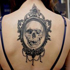 tatouage tête de mort papillon gothique dos femme