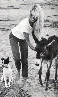 Bridgitte Bardot rockin' the cropped skinny jeans and white tee look with some friends on the beach...