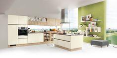 Grifflose U-Küche mit besonderer Ausstattung. Fronten in Mattlack Silk kombiniert mit Fronten in Eiche Sand Nachbildung.