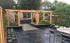 Houten pergola van lariks douglas hout in moderne tuin tuin