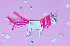 Einhorn selber basteln aus Papier mit Mähne und Schweif aus Wolle und Bändern - einfach das Free Printable DIY Unicorn zum kostenlosen Download ausdrucken - auf FAMILICIOUS.de