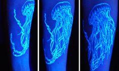 Você, que não tem tatuagem porque não gostaria de vê-la o tempo todo, conhece a tatuagem ultravioleta? A estadunidense Crazy Chameleon Body Art Supply criou uma tinta com composição diferente da tradicional que só pode ser vista na luz negra ou no escuro. Depois de cicatrizada a tatuagem 'desaparece' à luz do dia, ganhando vida em neon...