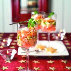 Viscocktail - Leg op de bodem van 4 hoge, niet te smalle glazen afwisselend een laagje tomaat, een laagje garnalen, wat dressing, courgetteblokjes, zalmstukjes etc. De laatste laag bestaat uit dressing. Garneer de cocktail met een peterselieblaadje - Boodschappen.nl !