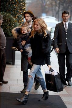 Sienna Miller Love the ankle length jeans ending just above the ankle boots. Mommy Style, Style Me, Fall Winter Outfits, Autumn Winter Fashion, Sienna Miller Style, Sienna Miller Daughter, Sous Pull, Look Cool, Look Fashion