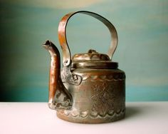 Antique Copper Teapot Handmade Beauty by domestikate on Etsy Copper Pots, Copper And Brass, Antique Copper, Copper Tea Kettle, Tea For One, Teapots And Cups, Tea Art, Chocolate Pots, Loose Leaf Tea