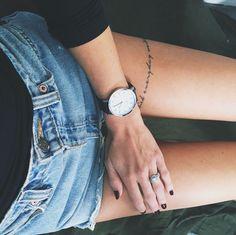 Tatuajes de frases inspiradoras en el piernas