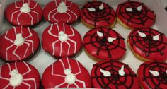Spiderman donuts Donut Cupcakes, Diy Donuts, Cute Donuts, Doughnuts, Baked Donut Recipes, Baked Donuts, Donut World, Halloween Donuts, Party Themes For Boys
