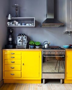 Completely adore this kitchen in yellow and grey. 📷apenthus  #brightandbold #colour #colourful #arcadestyle #brightandbold #colourpop #fridayfeeling #fridayinspiration #interiordesign #interiors #interiorstyle #interiorstyling #interiorinspo #homedecor #homestyle #homedesign #homestyling #interiorsblogger #interiorsblog #homeblog #homeblogger #inspo #interier #myhomevibe #2018style #2018interiors