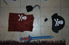 KIT PIRATA JAK & MAT 1: gilet pannolenci con teschio; benda per occhio; cappello pirata in cartone e pannolenci; spada in materiale espanso (comperata); uncino plastica (comperato)