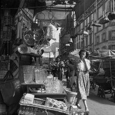 Bazar rue des Abbesses, Paris, juin 1951. Photo de Benjamen Chinn.