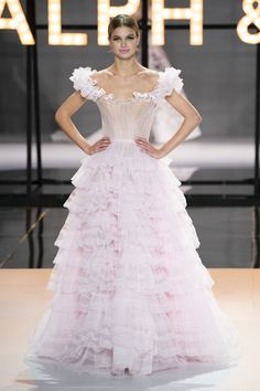 """Haute Couture Glamour: Ralph and Russo - Feminine, luxurious, with sparkles and feathers. this latest couture collection from Ralph and Russo is reminiscent of the """"Old Hollywood Glamour"""" days. Ralph & Russo, Style Couture, Haute Couture Fashion, Vestidos Fashion, Fashion Dresses, Fashion Design Inspiration, Style Inspiration, Runway Fashion, Fashion Show"""