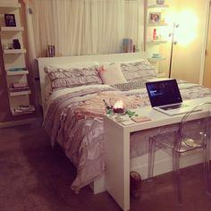mesa al pie de la cama para dejar las cosas o trabajar a ultima hora?
