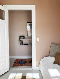 upcycle home decor Happy New Home, Hallway Inspiration, Bedroom Wall Colors, Romantic Master Bedroom, Kitchens And Bedrooms, Minimal Home, Boho Room, Wooden Bedroom, Dream Apartment