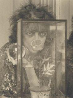 Marchesa Luisa Casati * photo Man Ray  La Marquise Luisa Casati (1881-1957) a marqué son temps par ses extravagances, son allure théâtrale et son goût pour les sciences occultes ; donnant de grands bals masqués placés sous le signe du faste, elle a côtoyé ainsi à la fois le milieu mondain et les artistes d'avant-garde. Ses excentricités et sa beauté lui forgèrent une réputation de femme fatale et contribuèrent à sa célébrité