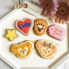 Instagram 上的 Kaori Kikuchi:「 私も息子も大好きなファミリー❤️が転勤で東京へ😢😢😢 本当に寂しい😭💦 ダッフィー&シェリーメイコンビは何気に初めて😊✨✨✨🐻🐻 他のクッキーもダッフィー達をイメージして作りました❤️ 会いに行くね!さよならじゃなくて、またね!😂❤️❤️と約束して🌸… 」 Macaroon Cookies, Meringue Cookies, Macaroons, Duffy The Disney Bear, Kaori, Frosting, Sweets, Desserts, Instagram