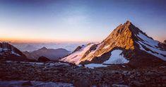 Kann ein Tag schöner beginnen als mit einem Sonnenaufgang in den Bergen? ❤ ⠀⠀⠀⠀⠀⠀⠀⠀⠀⠀⠀⠀⠀⠀⠀⠀⠀⠀⠀⠀⠀⠀⠀⠀⠀⠀⠀⠀⠀⠀⠀⠀⠀⠀⠀⠀⠀⠀⠀⠀⠀⠀⠀⠀⠀⠀⠀⠀⠀⠀ Bei einer Hochtour wird naturgemäß in aller Herrgottsfrühe gestartet (um nicht zu sagen 'mitten in der Nacht'😱) Der Vorteil ist, dass man dann in den Sonnenaufgang hinein wandert und vom ersten zarten Glimmen am Horizont über ein rosa-orange-gelbes Farbspektakel bis zum vollen Sonnenstrahlen alles miterlebt. Bergen, Grindelwald, Half Dome, Mount Everest, Outdoors, Mountains, Orange, Nature, Travel