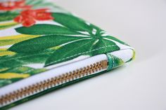Une trousse, un zip et une astuce pour des angles parfaits ! (tuto) - Island Tutorial and Ideas Coin Couture, Couture Sewing, Sewing Hacks, Sewing Tutorials, Sewing Projects, Sewing Tips, Techniques Couture, Sewing Techniques, Angle Parfait
