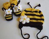 Crochet Baby Hats Baby Bee Hat and Booties. Knitting For Kids, Crochet For Kids, Knitting Projects, Baby Knitting, Crochet Projects, Knitting Patterns, Crochet Patterns, Crochet Crafts, Yarn Crafts