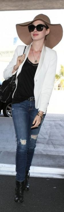Who made  Anne Hathaways blue skinny jeans and black chain handbag that she wore at LAX airport?