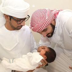 Majid bin Mohammed bin Rashid Al Maktoum (derecha) con su hija, Dubai bint Majid bin Mohammed Al Maktoum, en brazos de un amigo, 07/2015. Vía: taresh555