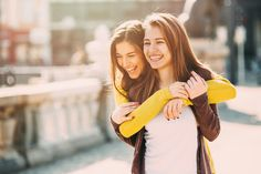 Your best friend is literally your everything. So show her how much she means to you with something special from our BFF gift guide. Bff Poses, Sister Poses, Sister Picture Poses, Cute Sister Pictures, Sibling Poses, Newborn Poses, Bff Pictures, Beach Pictures, Family Pictures