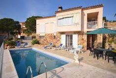 Karakteristieke familievilla nabij Tossa de Mar met een terras met stenen barbecue, tuin en een privé zwembad en een fantastisch uitzicht over de Middellandse Zee.