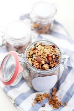 Eat Seasonal: Gifts from the kitchen - crunchy muesli with coconut and cinnamon - provincial children - New Ideas Easter Cookie Recipes, Easy Easter Desserts, Superfood, Traditional Easter Desserts, Vegan Brunch Recipes, Eat Seasonal, Foods With Gluten, Food And Drink, Sweet Ideas