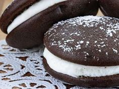 If you've never had a whoopie pie, you're missing out! Learn the origin of these sweet treats, the running feud about their origin, and some recipes to try at home! Brownie Desserts, Köstliche Desserts, Gluten Free Desserts, Delicious Desserts, Dessert Recipes, Yummy Food, Plated Desserts, Food Cakes, Cupcake Cakes
