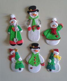 Muñecos de nieve_Imánes para decorar la nevera, elaborados con foamy. Clay Christmas Decorations, Polymer Clay Christmas, Christmas Ornament Crafts, Clay Ornaments, Snowman Crafts, Felt Christmas, Christmas Snowman, All Things Christmas, Felt Crafts