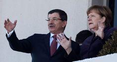 Angela Merkel y Ahmet Davutoglu, en Ankara. Merkel pedirá a la OTAN que ayude a contener la crisis de los refugiados La Alianza debería vigilar las fronteras junto con el Frontex y la guardia costera de Ankara