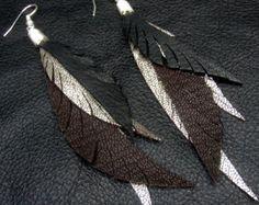 Cuero pendientes de la pluma azul negros y oro por CyclonaDesigns