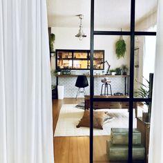 SEIMI_07さんの、スツール,フェイクグリーン,窓枠DIY,室内窓,トランク,サブウェイタイル風壁紙,壁紙屋本舗,カウンターテーブル,イームズチェア,NO…