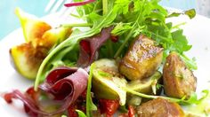 Salade toute simple du Sud-Ouest, au foie gras, magret séché, noix , figues ( il manque juste une tranche de cou d'oie farci ! )