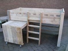 WOODIEZ | Steigerhouten halfhoogslaper met bureau en trapje. Leuk in een stoere kinderkamer! #kinderkamer #inspiratie #bed #halfhoogslaper #steigerhout