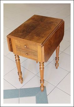 Tavolino bandelle tavolo da lavoro comodino , tavolinetto! Epoca 800 restaurato noce  Antico antiqua