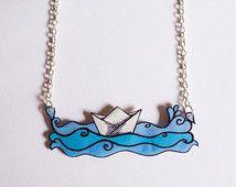 Papier-Boot auf dem Meer - Handmade Kunststoff Halskette mit Silber Metall Kette, OOAK.