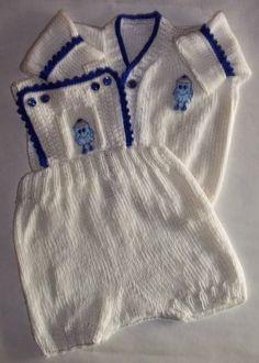 CONJUNTO PARA BEBE BLANCO CON BORDES AZULES Y APLICACION De Carysol - Tejidos artesanales a mano  Tejido a dos agujas con terminaciones al crochet - Variedad de colores !!!