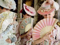 Cores pastel vibrantes permeiam o filme Maria Antonieta, de Sofia Coppola (2006).