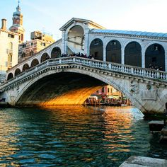 Can you guess how old is #rialtobridge ? The first project of this version (some wood bridges were there before it) dates back to 1514 but its construction ended in 1591. Isn't it a masterpiece? Somebody even thought it would collapse soon after its construction! #epicwin!