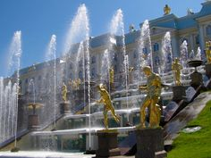 The synchronization of Peterhof's fontains in  Saint-Pétersbourg.