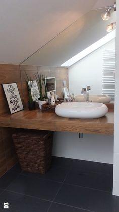 Niskobudżetowa adaptacja części poddasza ( sypialnia z garderobą + łazienka ) - Mała łazienka na poddaszu w domu jednorodzinnym z oknem - zdjęcie od Patrycja Wielińska