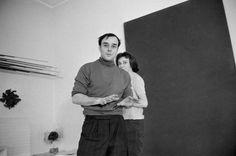 atelierlog: Yves Klein FRANCE. Yves Klein in his studio, directing a model in body art painting,14th arrondissement, Rue Campagne Premiere, Paris, 1961. (bron: Magnum Photos, foto's: Rene Burri)