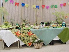 Decoração de festa junina. Uma ideia bem legal para decorar sua mesa de festa junina é misturar estampas como a chita e o xadrez! Se não gostar de tudo tão colorido padronize uma cor, nesse caso foi o verde