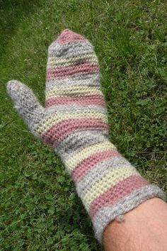 Naalbinding gloves made of natural dyed wool: elderberry fruits and leaves.