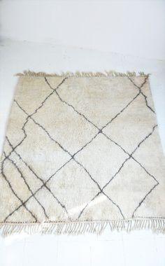 BENI OUARAIN ALFOMBRAS - alfombra de lana marroquí Vintage - lana aterciopelada suave  Alfombra de lana virgen natural Beni Ouarain, tejidas a mano en las montañas Atlas de Marruecos.  .: Colores: en un beige cremoso. Y símbolos bereberes en gris-marrón.  .: Material: 100% lana merino  .: Sice: 175 x 150 cm  .: Buen estado.     Por favor, no dude en contacto con nosotros, si usted tiene alguna pregunta o comentario.  Aceptamos pago Paypal, se aceptan transferencias bancarias de los usuarios…