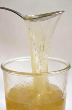 Gel de Linaza (Lino) como sustituto del huevo para preparaciones o recetas (tartas, budines, etc.)  -Combine 2 cucharadas de linaza con 2/3 taza de agua en una cacerola pequeña.  -Llevar la mezcla de linaza y agua a hervir.  -Baje el fuego y cocine a fuego lento durante unos cinco minutos o hasta que un gel espeso se haya formado. -Dejar enfríar  -Cuele el gel de linaza a través de una gasa o colador. -2 cucharadas de gel de linaza reemplazarán 1 huevo.