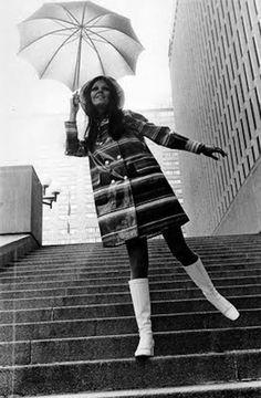 you can't complete a mod look w/o a mod umbrella! Rain Fashion, Mod Fashion, 1960s Fashion, White Fashion, Vintage Fashion, Cheap Fashion, Fashion Photo, Womens Fashion, Fashion Trends