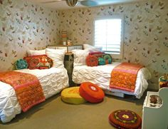 Great way to place two beds in a small room, never thought of this arrangement before.....so smart!!