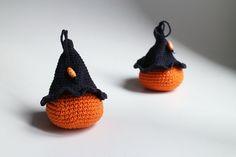Tekvička – mini - tekvička s čarodejníckym klobúkom uhačkovaná z bavlny a vyplnená dutým vláknom, vhodná ako hračka alebo dekorácia. Dá sa zavesiť.  Cena je za 1 kus.  *  Možné prať v rukách. Nechať voľne vyschnúť. Hocus Pocus, Crochet Earrings, Christmas Ornaments, Halloween, Holiday Decor, Handmade, Hand Made, Christmas Jewelry, Christmas Decorations